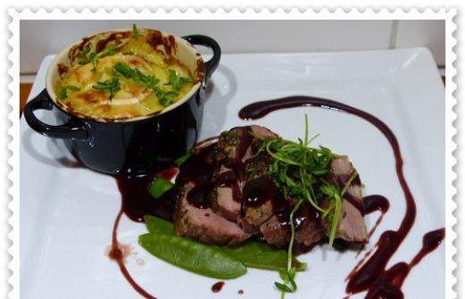 Recept: Ankbröst med rödvinssås och krämig potatisgratäng